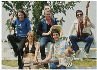 WINGS: Denny Laine, Geoff Britton, Jimmy McCulloch, Linda & Paul McCartney
